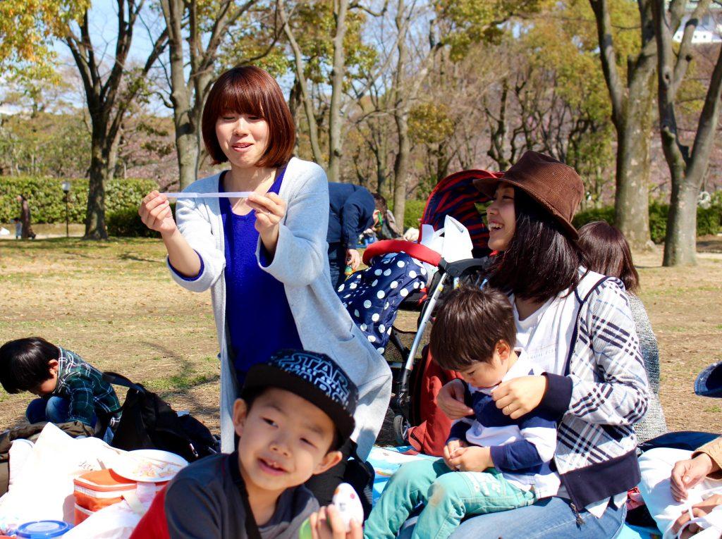 大阪城でお花見をしながら英語を使ったゲームをみんなで楽しみました