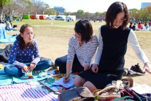 大阪城でピクニックをしながら英語クイズ